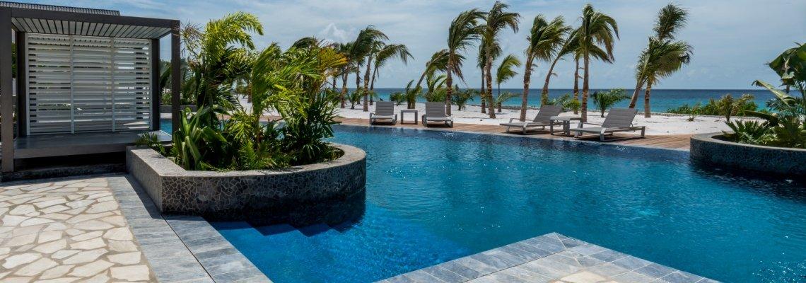 Zwembad bij Delfins Beach Resort