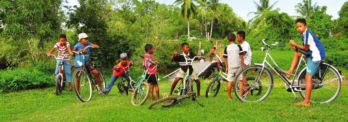 Suriname_Commewijne_fietsende javaanse jongens